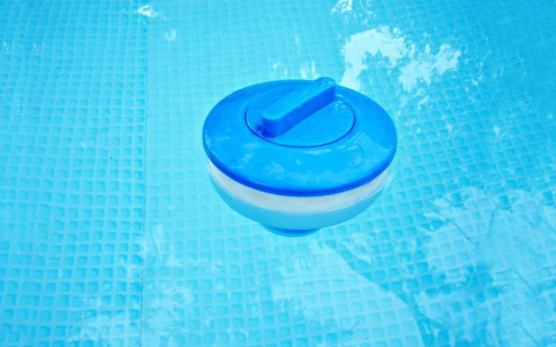 como colocar cloro en la piscina