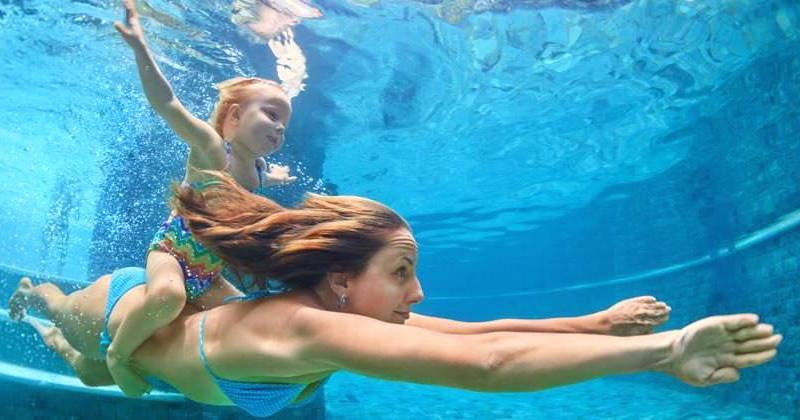 mujer nadando en piscina con cloro